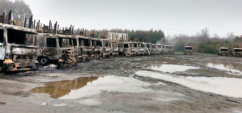 """Camiones quemados en San José de la Mariquina, atentado que formó parte de la """"Operación Huracán"""""""