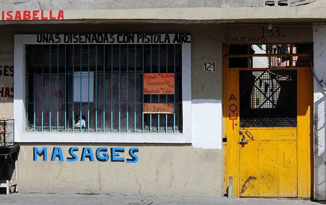 """Alicia Fernández   El Diario   La puerta amarilla es la entrada a la vecindad, que de acuerdo a la declaración de """"El Güero"""", fue utilizada como casa de seguridad y escenario de dos homicidios de mujeres"""