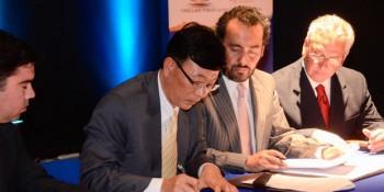 Presidente de LG y alcalde Chillán Viejo firman contrato para renovar luminaria (Fuente: chillanviejonoticias.blogspot.com)