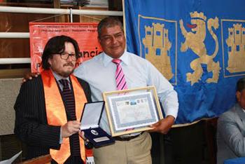 """A. Yelpi entrega premio """"Nelson Mandela"""" a ex alcalde de Arica. (Fuente: Blog Cedepu)."""