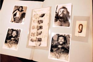 Las huellas y el mechón del Che.