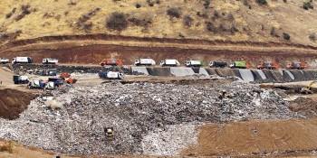 Camiones descargando residuos en el vertedero.