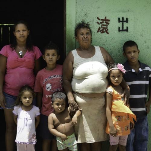 Casta Leonor Tijerino, fiera opositora de las expropiaciones del Canal, junto a sus hijos y nietos en Tolesmaida. En su casa se ve una pinta contra los chinos de HKND. Carlos Herrera/Confidencial.
