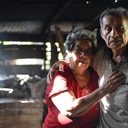 Egdomilia López, junto a su esposo, en su pequeña casa de Esquipulas, en Ometepe. Carlos Herrera/Confidencial.