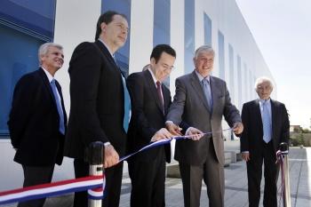 Inauguración en Centrovet: el senador Guido Girardi, el ministro de Economía y el ministro de Agircultura cortan la cinta.