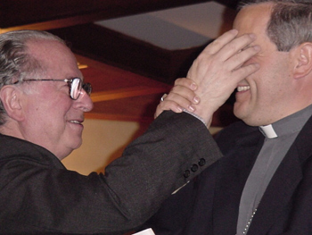 Juan Barros con Fernando Karadima. La fotografía la dio a conocer  Juan Carlos Cruz, en su visita a Osorno.