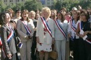 Mujeres celebrando el triunfo de Bachelet con banda presidencial
