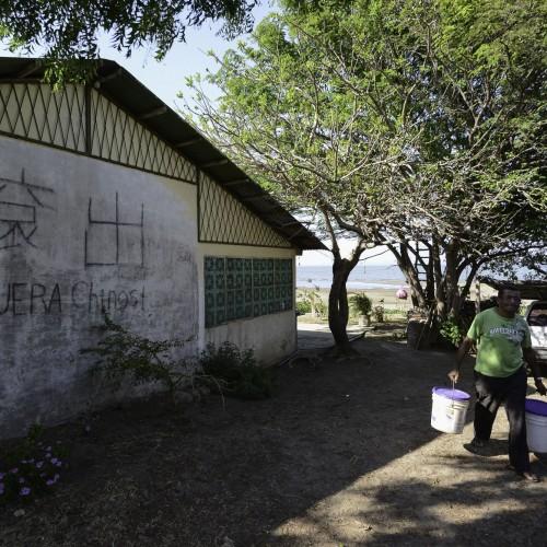 Una de las pintas contra los trabajadores chinos de la empresa HKND, en Obrajuelo, en las costas del lago de Nicaragua, en Rivas. Carlos Herrera/Confidencial.