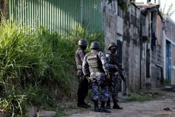 policia_custodiando_lugar