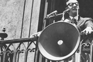 Allende hablando desde un balcón de La Moneda
