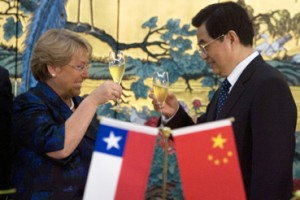 Chile's President Michelle Bachelet (L) and Chinese President Hu Jint