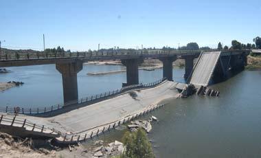 Puente Loncomilla en el suelo