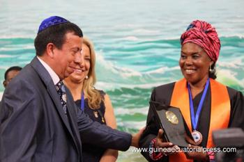 Manuel Santis y M. Teresa González entregan doctorado a la primera dama.