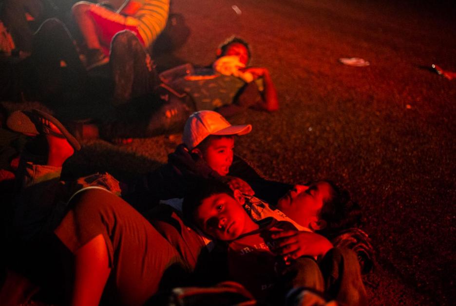 Dos hermanos descansan a la orilla de la carretera México 190, en la madrugada del 27 de octubre. Desde Ciudad Hidalgo, Chiapas, hasta Puebla, han recorrieron 1,114 kilómetros. -Algunos tramos los hicieron en camiones o autos que les dan aventón, y otros caminando.