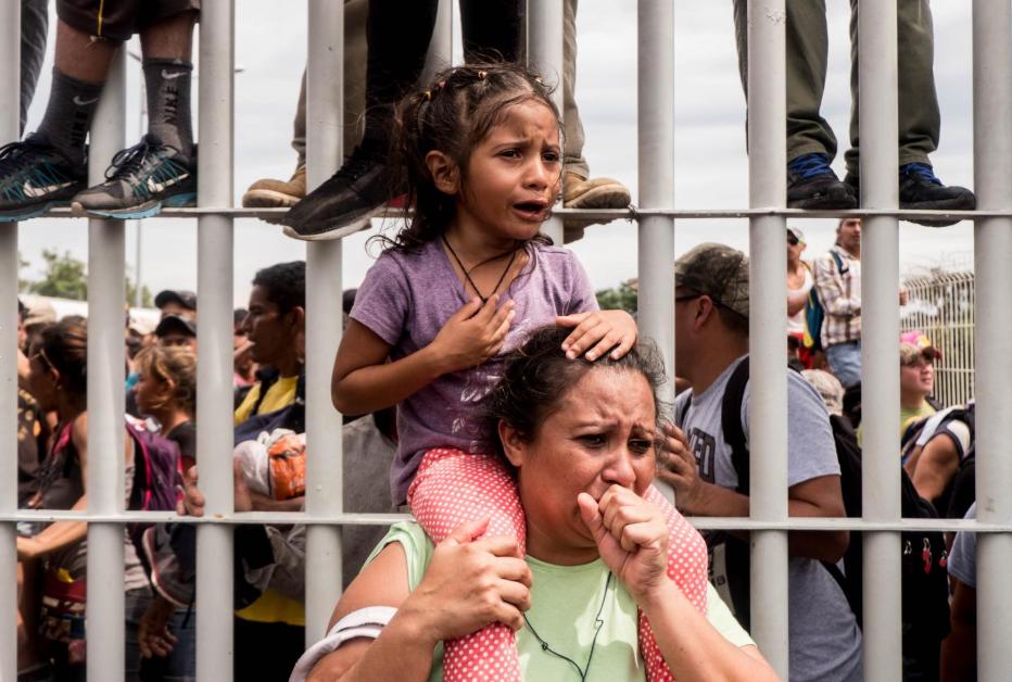 Viernes 19 de octubre. Algunos migrantes consiguieron pasar el portón fronterizo que separa a Guatamala de México antes de que la Policía Federal mexicana tuviera que replegar a la caravana usando gases lacrimógenos. Al cabo de unos minutos, la Policía consiguió cerrar de nuevo los portones (Fuente: Fred Ramos, El Faro).