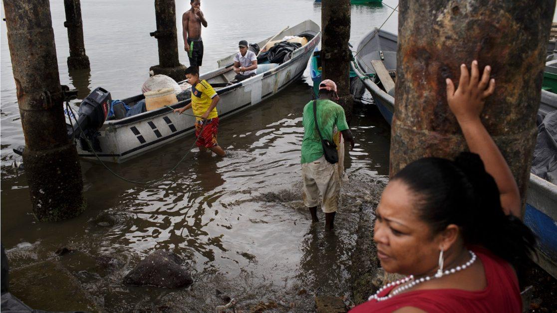 El puerto de San Lorenzo es entrada y salida de todo tipo de productos, también es punto por donde entrar a las zonas controladas por los grupos armados y narcotraficantes. Foto: Edu León / Periodistas Sin Cadenas