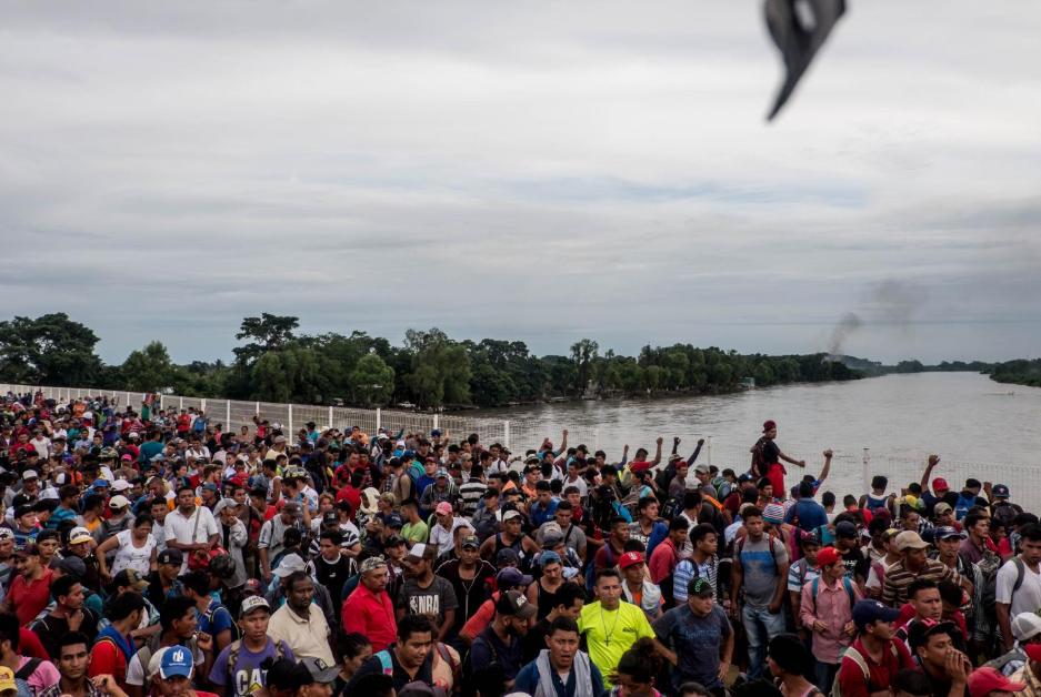 """Viernes 19 de octubre. Luego de arrasar los portones de la aduana guatemalteca, la avalancha de migrantes se apoderó del puente """"doctor Rodolfo Robles"""", que cruza el río Suchiate, frontera natural entre Guatemala y México (Fuente: Fred Ramos, El Faro)."""