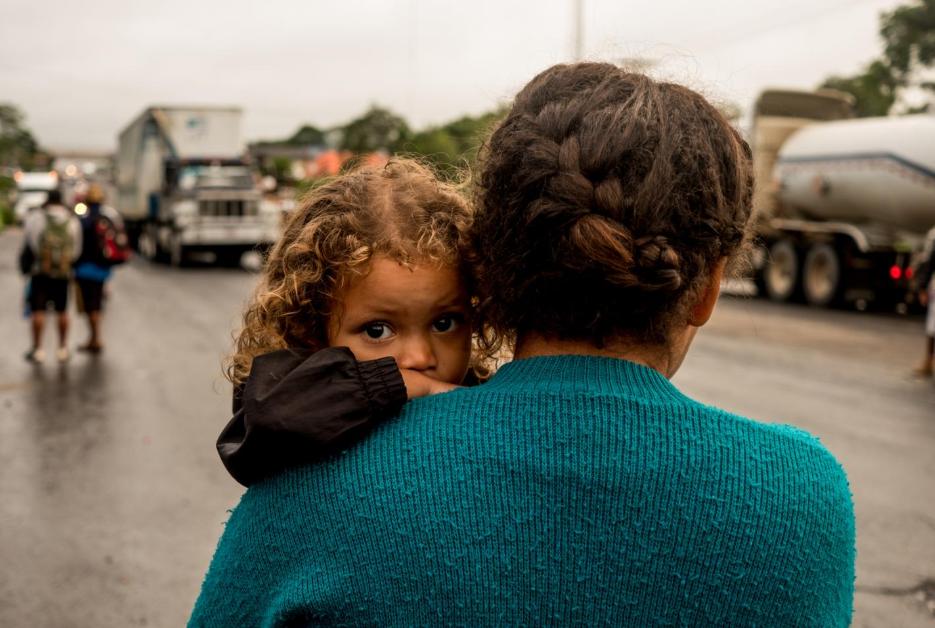 Génesis Hernández, de dos años, espera junto a su madre un aventón en Sayula de Alemán, en el estado de Veracruz, que las pueda llevar hacia el municipio de Isla, donde espera encontrar el resto de migrantes que se adelantaron. La caravana no caminó al mismo ritmo en el último tramo hacia Ciudad de México, se desperdigó entre camiones, autobuses, pick ups que daban aventón.