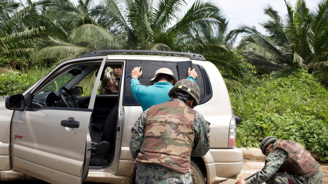 Control militar a la entrada de Mataje, la entrada y salida a esta población es controlada por el ejército ecuatoriano después de la muerte de los 3 militares el 20 de marzo. Foto: Edu León/Periodistas Sin Cadenas