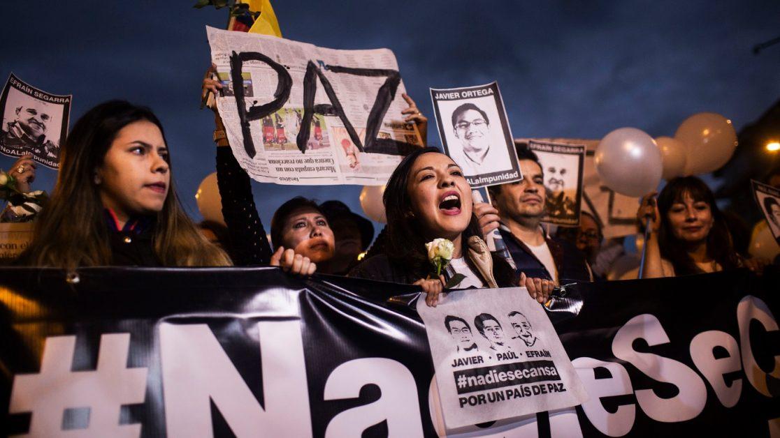 Yadira Aguaya, pareja de Paúl Rivas, en una de las manifestaciones en la calle que pedía la liberación de los tres periodistas secuestrados. Familias desplazadas de El Pan, viven hacinadas en una casa de San Lorenzo. Foto: Edu León/ Periodistas Sin Cadenas.