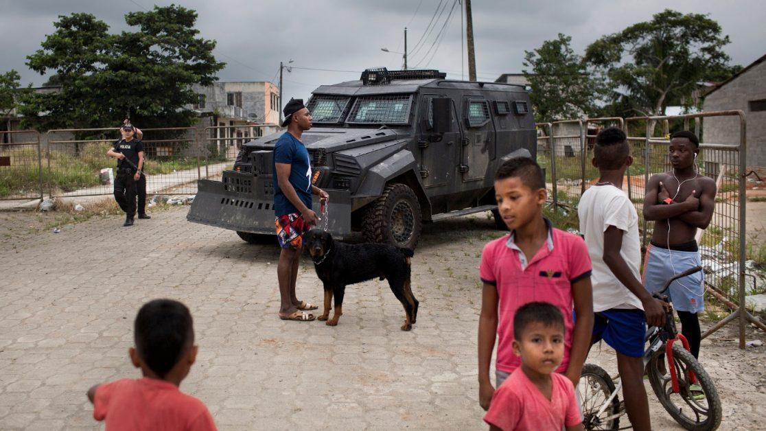 Control policial con tanqueta antimotines en un barrio de San Lorenzo adyacente al cuartel policial que fue bombardeado el 27 de enero del 2018. Foto: Edu León/ Periodistas Sin Cadenas