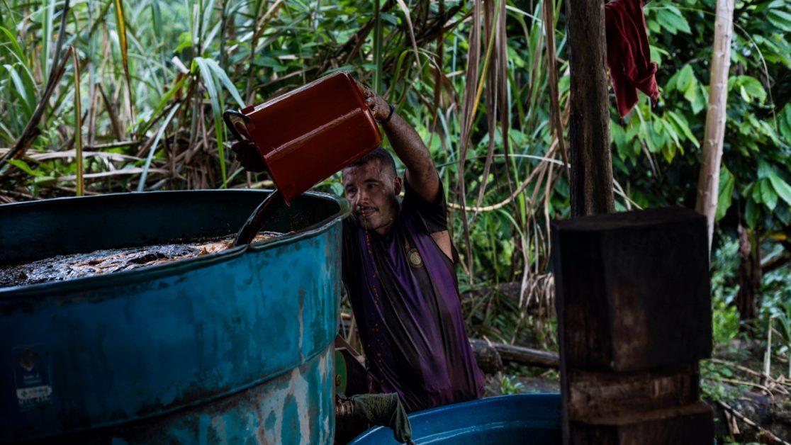 Campesinos cultivadores de coca hacen un primer proceso químico para obtener la base de coca. Foto: Manu Brabo.