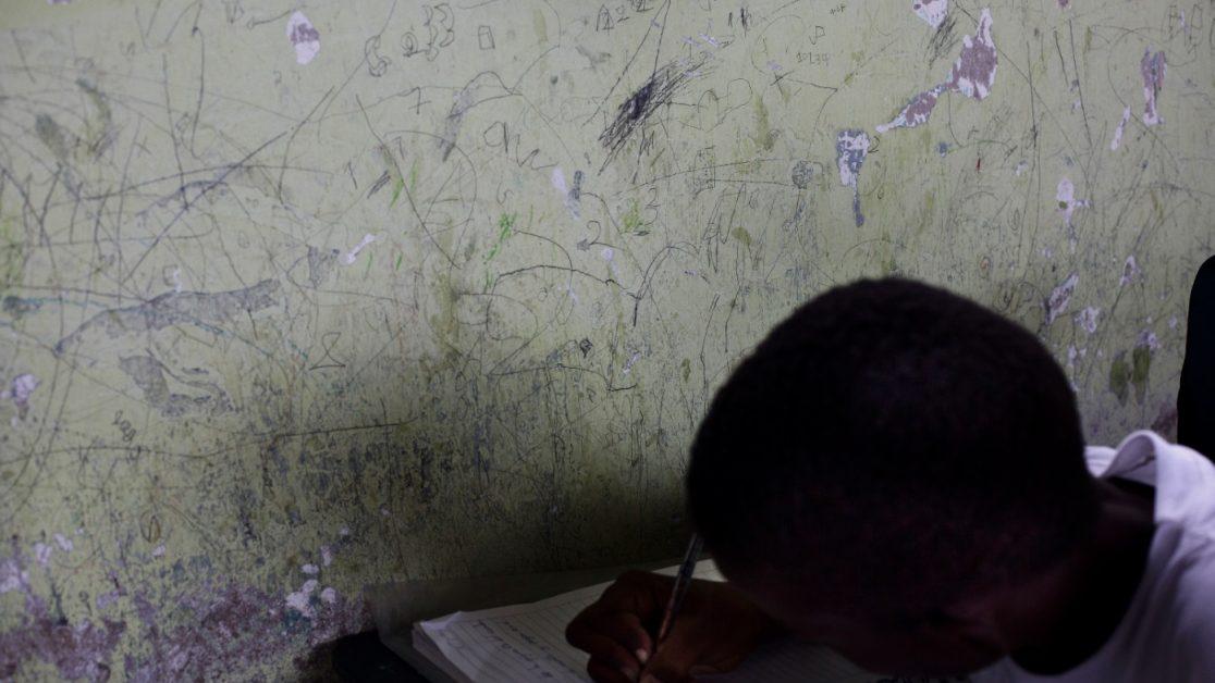 El índice de escolaridad en la provincia de Esmeraldas en inferior al resto del país, en una escuela de Palma Real es evidente el la falta de Estado. Foto: Edu León / Periodistas Sin Cadenas.