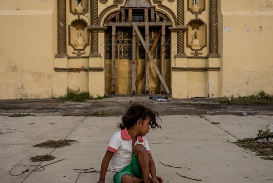 Una niña migrante juega en el pueblo de Santiago Niltepec, Oaxaca, en la tarde del 29 de octubre.