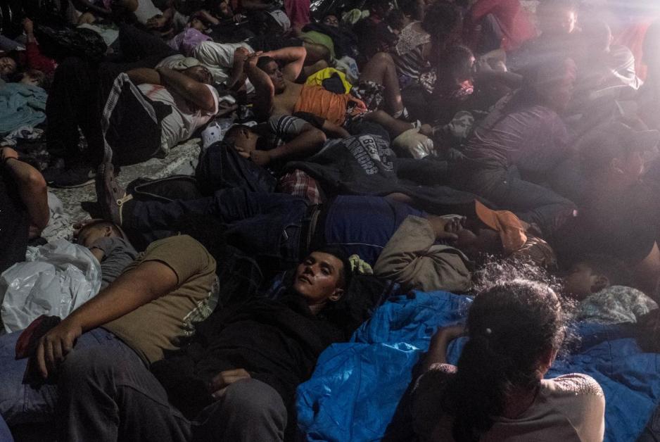 Viernes 19 de octubre. El puente que separa las fronteras de Guatemala y México se convirtió por la noche en un campo de refugiados de aproximadamente un kilómetro de longitud. Los migrantes durmieron sobre el asfalto, esperando que México abriera sus fronteras (Fuente: Fred Ramos, El Faro).