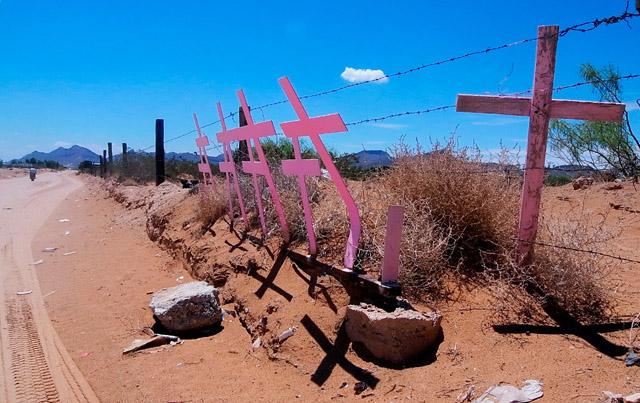 Alicia Fernández | El Diario | Cruces colocadas en Lomas de Poleo, lugar donde fueron encontradas varias mujeres asesinadas en 1996