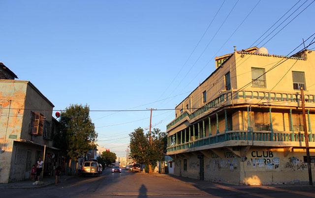 Alicia Fernández | El Diario | Alrededor del hotel en el centro de Ciudad Juárez, se encuentran casas y tiendas