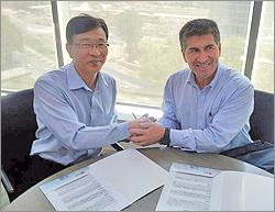 Alcalde José Vilugrón firma contrato con representante de LG (Fuente: emb.cl)