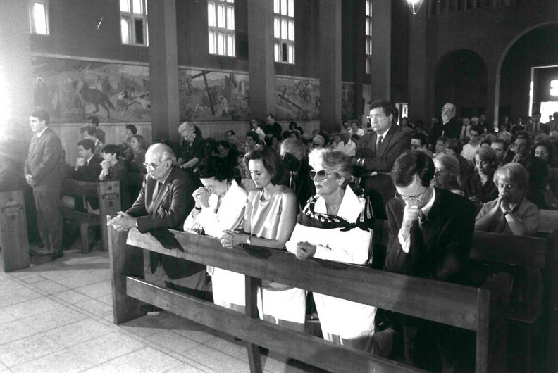 En la primera fila, los padres de Cristián Edwards en misa durante el secuestro