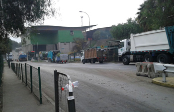 Camiones a la espera de ingresar a la planta de KDM.