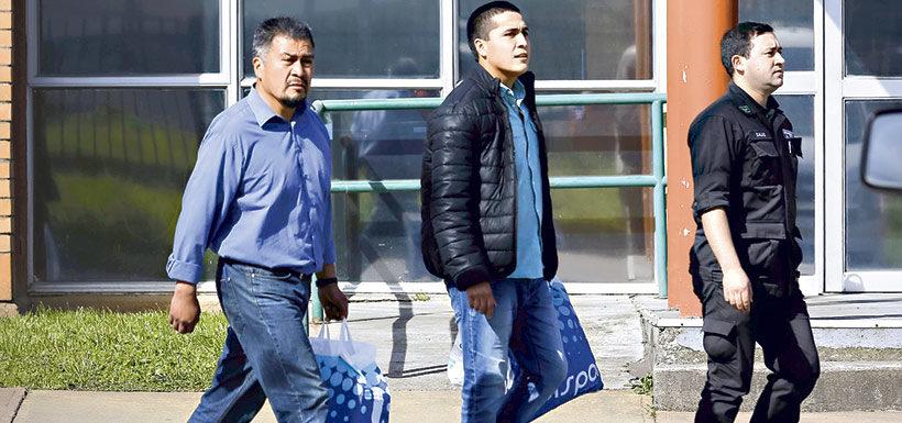 """Héctor Llaitul y su hijo Ernesto abandonando la cárcel cuando la """"Operación Huracán"""" comenzaba a derrumbarse"""