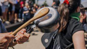 Luz, agua, GES, Metro, TAG, arriendos y contribuciones: el tren de alzas que asfixió a los chilenos