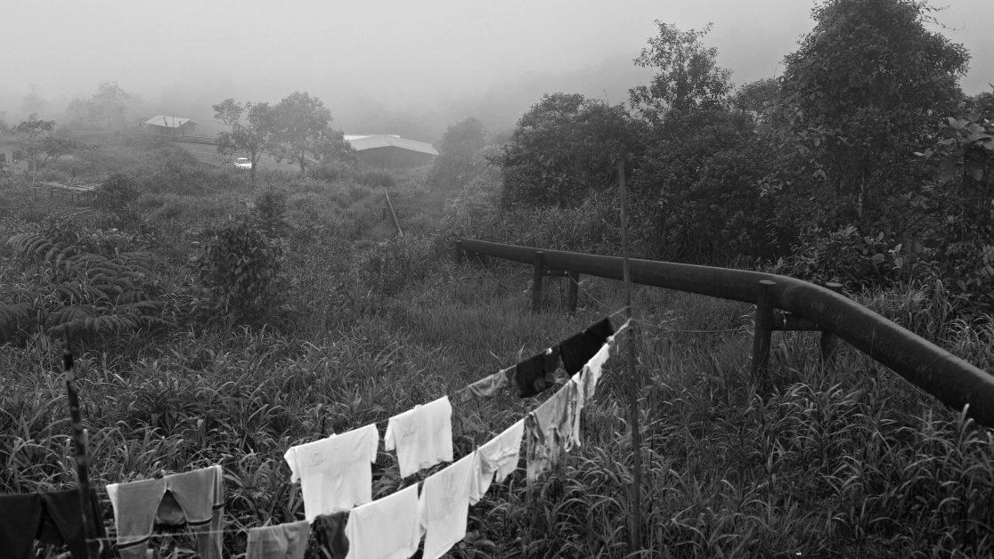 El Diviso, Nariño, Colombia, 21 de Octubre del 2010. En el Diviso, en la carretera que comunica Pasto con Tumaco, se alojan muchos indígenas Awá que han sido desplazados por actores armados legales e ilegales de sus comunidades. En esta zona el oleoducto es un constante compañero y cruza casi por entre las casas. Las actividades diarias se desarrollan alrededor de este tubo que transporta Petróleo Crudo y constituye un grave riesgo para los que viven al lado de el. © Juan Manuel Barrero Bueno