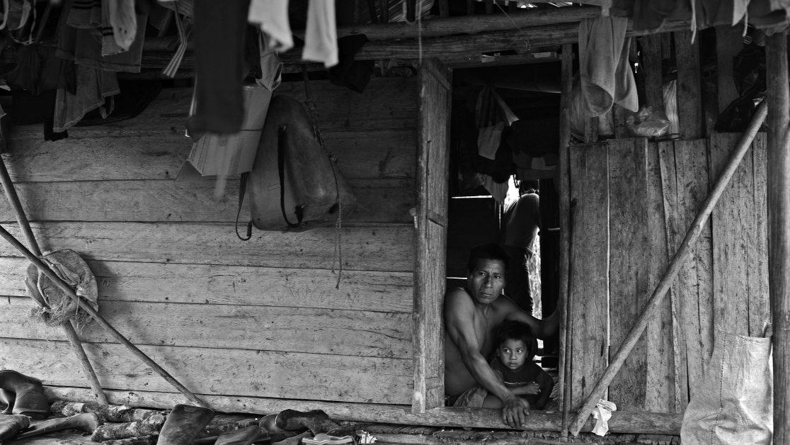 El Diviso, Nariño, Colombia, 21 de Octubre del 2010. Familia de desplazados viviendo en El Diviso, en la carretera que comunica a Pasto con Tumaco y que es el único punto donde pudieron encontrar apoyo para asentarse mientras la situación de orden público mejora. © Juan Manuel Barrero Bueno