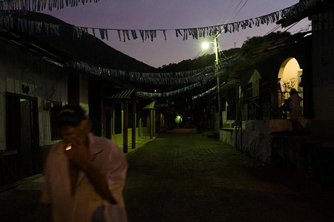 A finales del siglo XIX, los alemanes constituían una colonia muy próspera y dinámica al sur de Honduras, y se establecieron en Amapala por la facilidad para comerciar a través dle puerto. Las viejas construcciones de madera alemanas se encuentran ahora en decadencia, como el resto de la isla. Foto: Fred Ramos