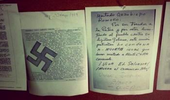 """Copias de dos amenazas de muerte que recibió monseñor Romero durante sus tres años de arzobispado. Una, firmada por la """"Unión Guerrera Blanca"""" y la otra, por La Falange."""