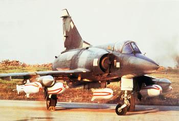 Avión de combate Mirage cargado con bombas de racimo