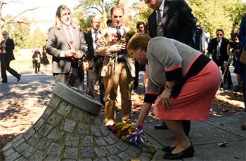 Michelle Bachelet durante la ceremonia en el lugar donde ocurrió el atentado a Orlando Letelier.