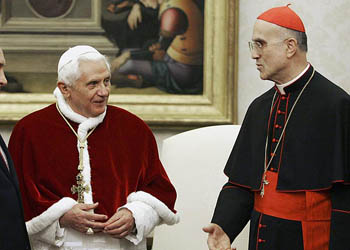 Tracisio Bertone junto a Benedicto XVI