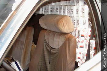 Contrabandistas quitan los asientos traseros de los automóviles para acomodar los cartones de cigarrillos de contrabando.