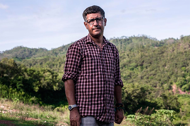 Ramón Rivera trabaja para la empresa DESA como enlace con la comunidad San Francisco Ojuera. Rivera asegura que las hidroeléctricas llevan desarrollo a las comunidades. Foto: Fred Ramos
