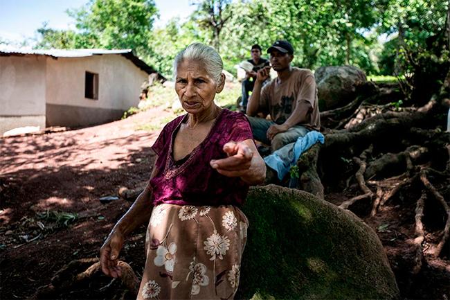 Lucila Mejía, de 75 años, vive a unos 500 metros del río Gualcarque. Ella, como otros pobladores de San Francisco de Ojuera, consideran que el proyecto hidroeléctrico Agua Zarca es una apuesta al desarrollo. Foto: Fred Ramos