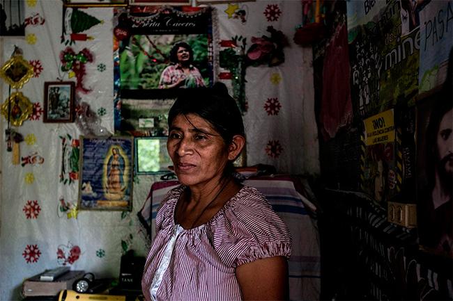Mercedes Pérez en el interior de su casa en Río Blanco, Intibucá. Pérez es una líder de la comunidad y miembro activo del COPINH, la organización que dirigió Berta Cáceres. Ella asegura que hará todo lo posible para impedir que se lleve a cabo el proyecto hidroeléctrico Agua Zarca en el río Gualcarque. Foto: Fred Ramos