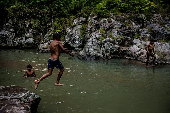 Un grupo de niños se divierten haciendo clavados en el río Las Cañas en Simpinula, La Paz. Actualmente el gobierno de Honduras a otorgado 111 concesiones para proyectos hidroeléctricos. Foto: Frde Ramos