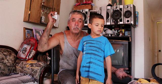 licia Fernández | El Diario | Bruno Castillo Aguirre, padre de Brenda Berenice, al lado de su nieto, hijo de Brenda, que al momento tiene 7 años y era un recién nacido al momento de la desaparición de su madre