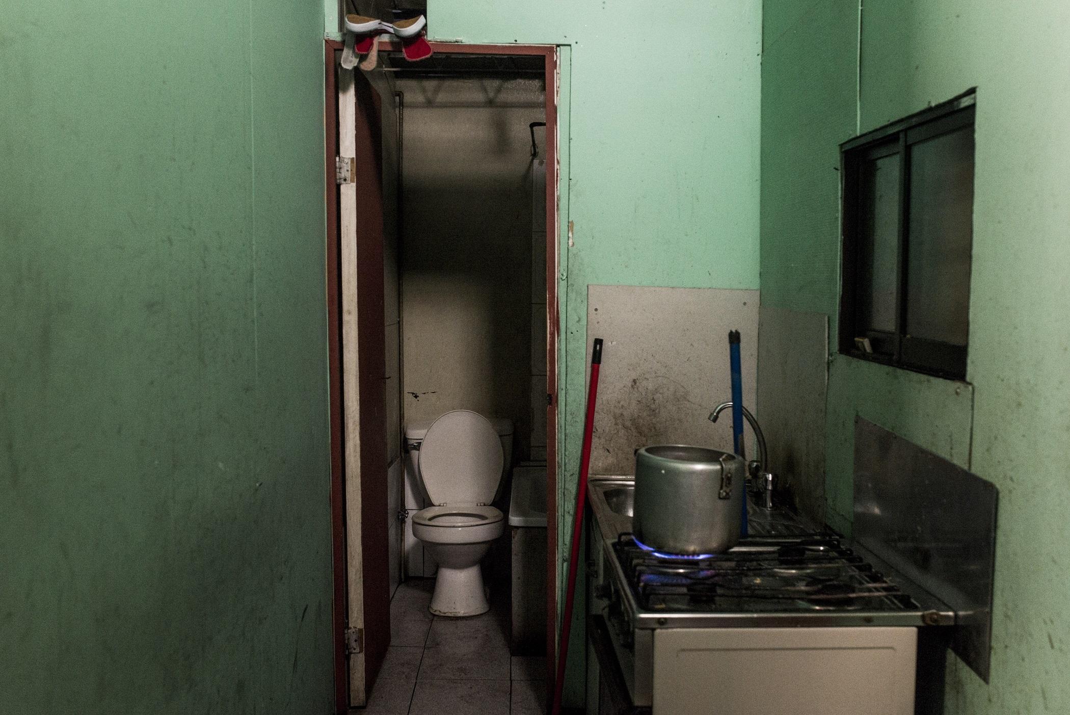 A la salida del baño se ubica una cocina, una imagen que se repite. Foto: Jorge Vargas | Migrar Photo